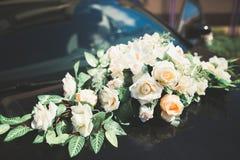 Hochzeitsauto verziert mit den schönen, Luxusblumen lizenzfreies stockfoto