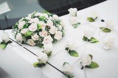 Hochzeitsauto verziert mit den schönen, Luxusblumen stockfotografie