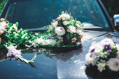 Hochzeitsauto verziert mit den sch?nen, Luxusblumen lizenzfreie stockfotos