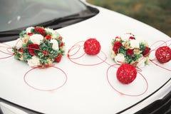 Hochzeitsauto verziert mit den sch?nen, Luxusblumen lizenzfreies stockfoto