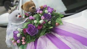 Hochzeitsautodekor - Bärnjungvermählten stock footage