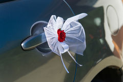 Hochzeitsautotürdekoration Stockfotografie