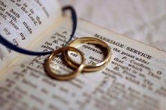 Hochzeitsbänder auf Bibel stockfotos