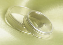 Hochzeitsbänder schließen oben stockfotos