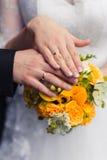 Hochzeitsbänder und -blumenstrauß Lizenzfreies Stockbild