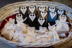 Hochzeitsbevorzugungen für die Gäste in einem Weidenkorb stockfotografie