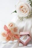 Hochzeitsbevorzugungen und -Ehering Stockfotos