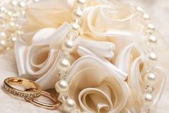 Hochzeitsbevorzugungen und -ring lizenzfreie stockfotografie