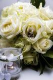 Hochzeitsblume und -ringe lizenzfreies stockfoto