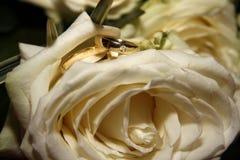 Hochzeitsblume und -ringe Stockfotografie