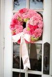 Hochzeitsblumen außerhalb einer Kirche Stockfoto