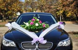 Hochzeitsblumen auf Auto Lizenzfreies Stockbild