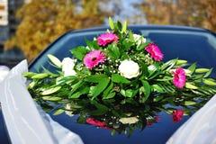 Hochzeitsblumen auf Auto Lizenzfreie Stockbilder