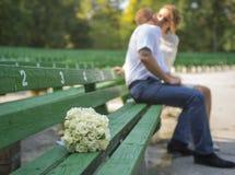 Hochzeitsblumen auf einer Bank Stockfotografie
