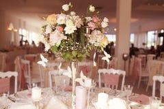 Hochzeitsblumen auf Tabelle Lizenzfreies Stockfoto