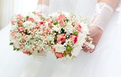Hochzeitsblumen in den Händen der Braut Stockbild