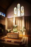 Hochzeitsblumen in einer Kirche Stockfotografie
