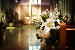 Hochzeitsblumen in einer Kirche Lizenzfreies Stockfoto