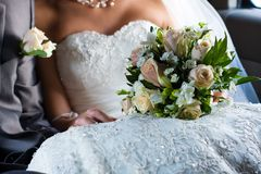Hochzeitsblumen innerhalb der Limousine Stockbilder