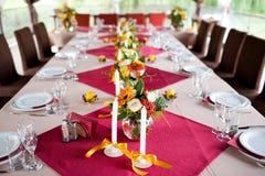 Hochzeitsblumen - Tabellen eingestellt für Hochzeit Stockbild