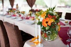 Hochzeitsblumen - Tabellen einstellten für Hochzeit en Lizenzfreie Stockfotografie