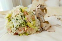 Hochzeitsblumen u. -schuhe lizenzfreies stockfoto