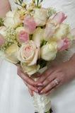 Hochzeitsblumen und -ring Stockfotografie