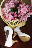 Hochzeitsblumen und -schuhe Stockfoto