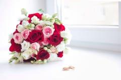 Hochzeitsblumenblumenstrauß mit Ringen Lizenzfreie Stockbilder