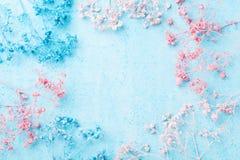 Hochzeitsblumenrahmen auf Draufsicht des blauen Pastellhintergrundes Schönes Blumenmuster Flache Lage Frauen- oder Muttertagesgru stockfotos