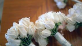 Hochzeitsblumensträuße auf einer Tabelle stock video
