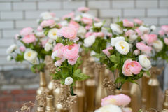 Hochzeitsblumensträuße und Dekoration einer Tabelle Stockbilder