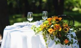 Hochzeitsblumenstrauß über weißer Tabelle Lizenzfreies Stockbild