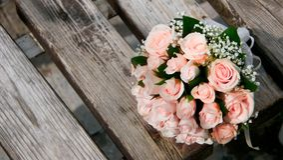Hochzeitsblumenstrauß auf Bank Stockbild