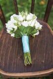 Hochzeitsblumenstrauß auf dem Stuhl Stockbild