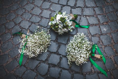 Hochzeitsblumenstrauß auf den Pflastersteinen Lizenzfreie Stockfotos