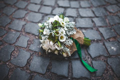 Hochzeitsblumenstrauß auf den Pflastersteinen Stockfotos