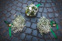 Hochzeitsblumenstrauß auf den Pflastersteinen Lizenzfreies Stockfoto