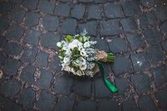 Hochzeitsblumenstrauß auf den Pflastersteinen Stockfoto