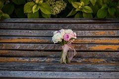 Hochzeitsblumenstrauß auf der Bank Stockfotografie
