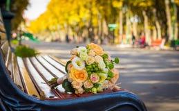 Hochzeitsblumenstrauß auf der Bank Lizenzfreie Stockfotografie
