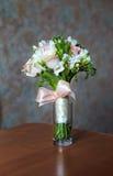 Hochzeitsblumenstrauß auf der Tabelle Stockbilder