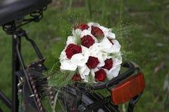 Hochzeitsblumenstrauß auf einem Fahrrad Lizenzfreie Stockbilder