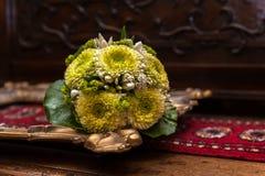 Hochzeitsblumenstrauß auf einem goldenen Bilderrahmen lizenzfreie stockbilder