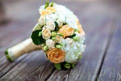 Hochzeitsblumenstrauß auf einem hölzernen Hintergrund Stockfoto