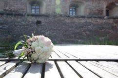 Hochzeitsblumenstrauß auf einem hölzernen Pier Stockfotos