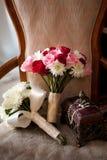 Hochzeitsblumenstrauß auf einem Stuhl Lizenzfreies Stockfoto