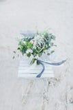 Hochzeitsblumenstrauß auf einem Stuhl an der Küste Stockfotos