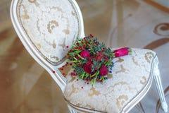 Hochzeitsblumenstrauß auf einem weißen Stuhl schön Stockbild