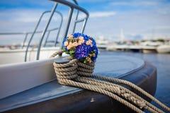 Hochzeitsblumenstrauß auf einer Yacht Stockfotografie